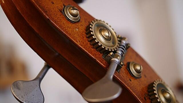 豊川悦司さんが弾いている楽器