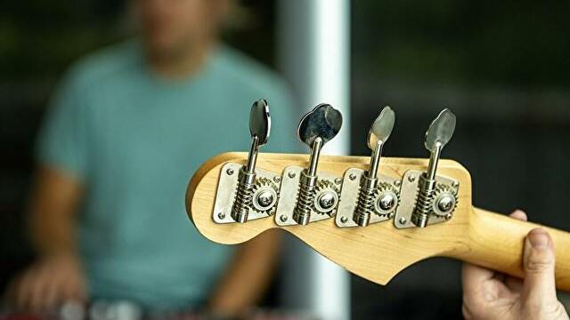 エレキベースのフォームは楽器ヘッドを少し上げる