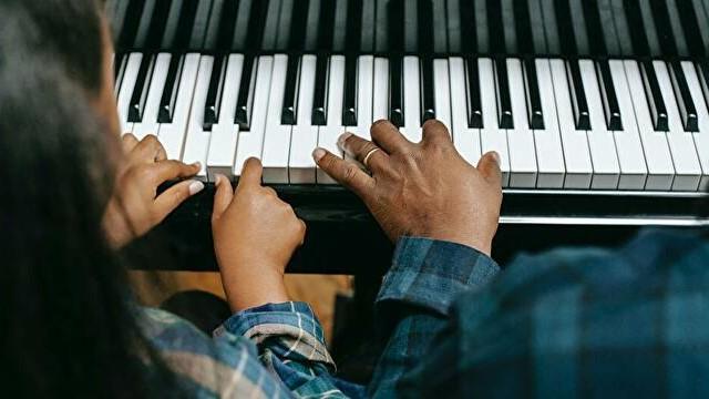 歌いながら楽器を弾く